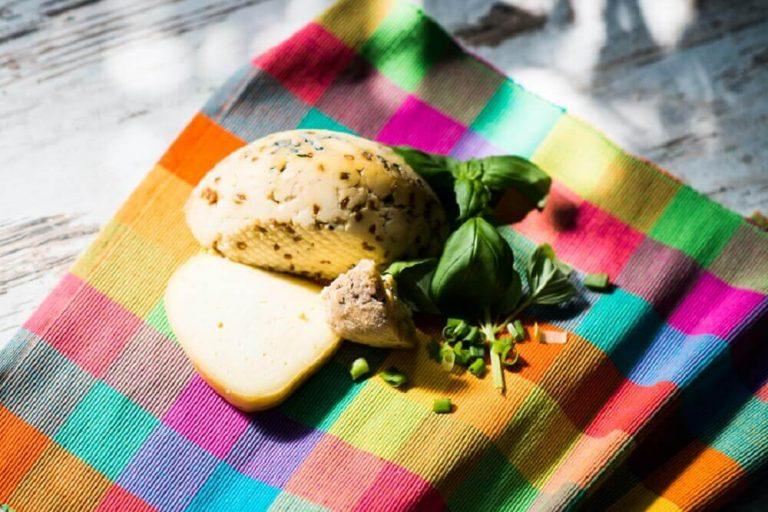 Koryciński ser z pieprzem kolorowym