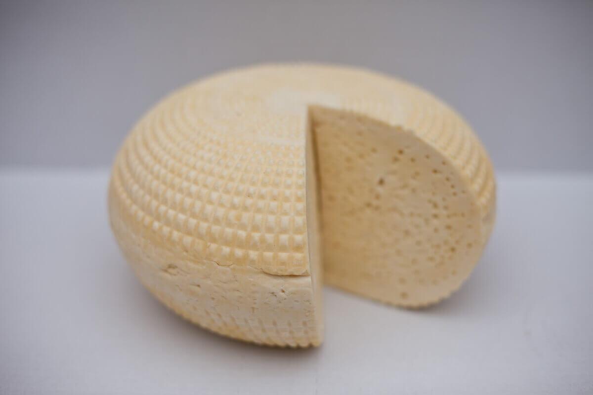 przekrojony koryciński ser z czosnkiem