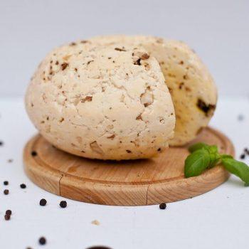 Ser z czosnkiem na desce